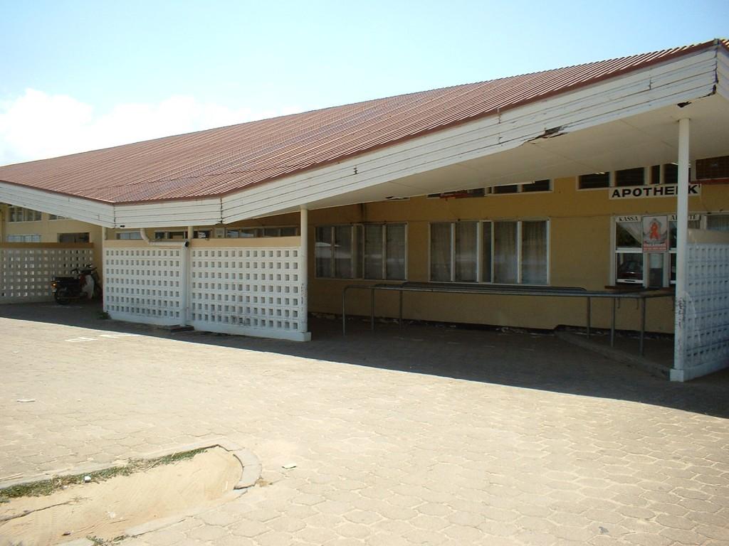 Achteraanzicht ziekenhuis met ingang SEH en apotheek
